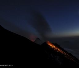 di notte il vulcano si dipinge di blu